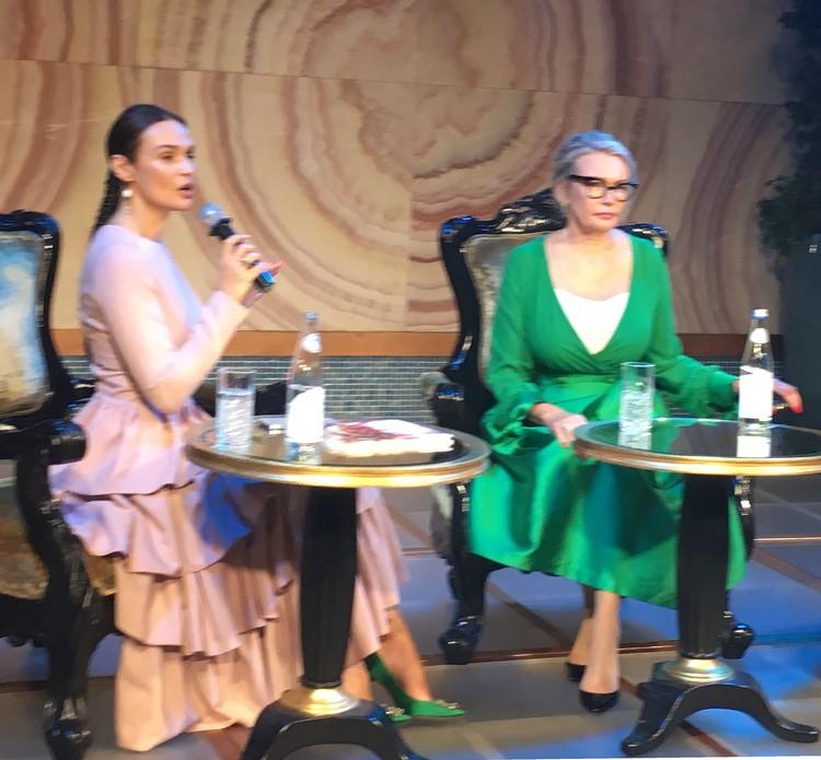Алена и Лариса Валентиновна Водонаевы на презентации