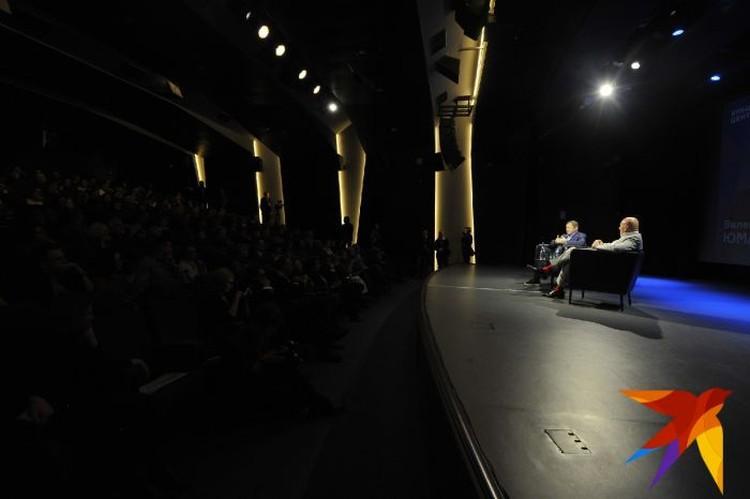 Во время интервью в зале присутствовали зрители.