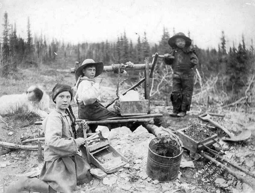 Оригинальное фото Эрика Хегга под названием Three children operating rocker at a gold mine on Dominion Creek, Yukon Territory.