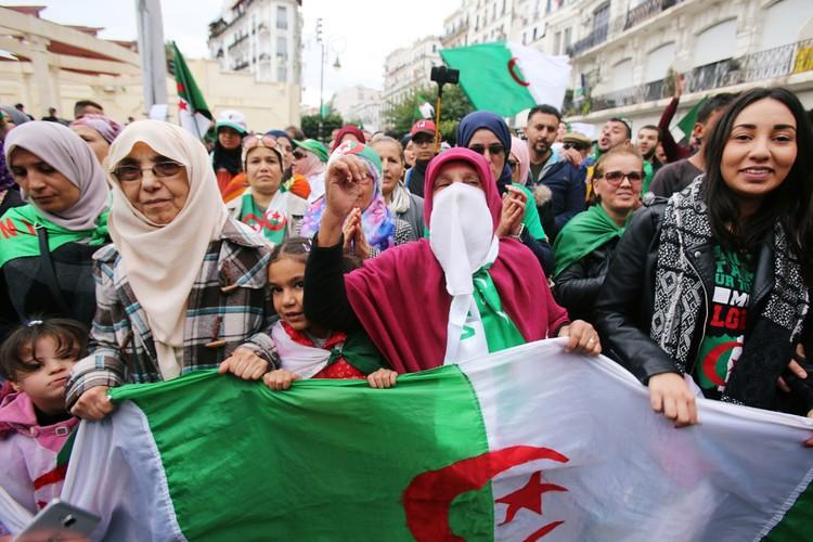 Участники уличного шествия в Алжире.