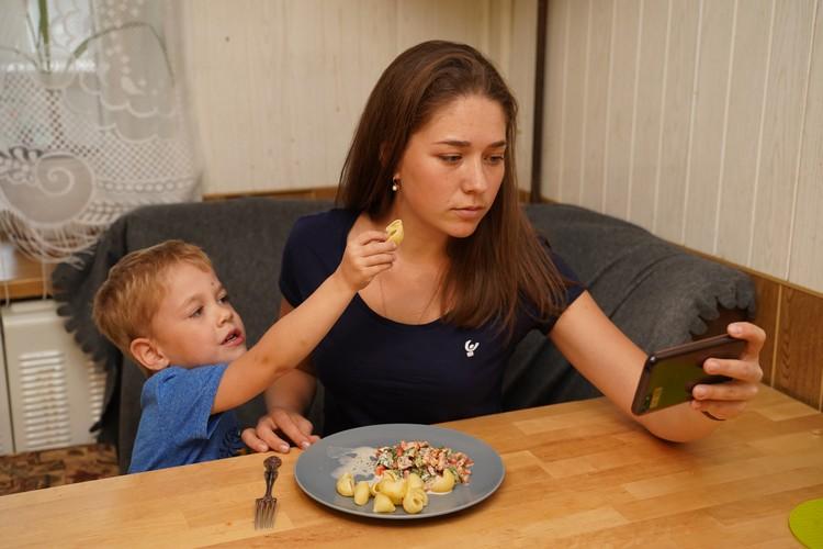 Увлечение гаджетами - плохая привычка в семье с маленькими детьми.