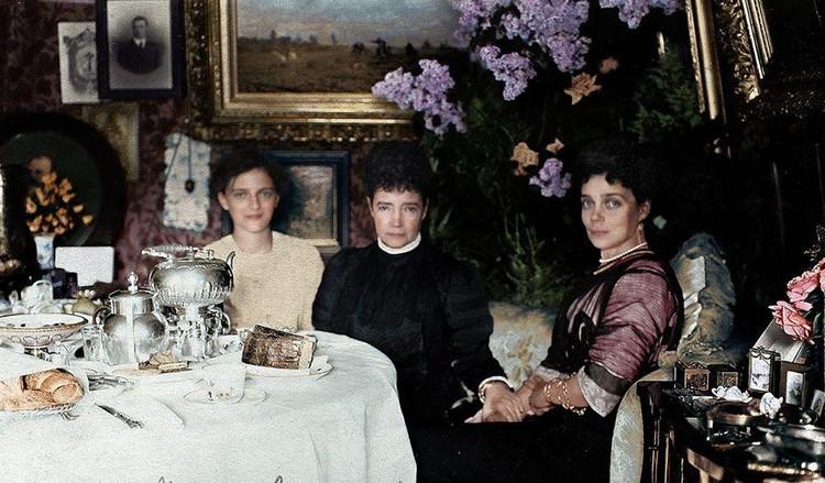 На этой любительской фотографии начала XX века за чайным столом в гостиной Гатчинского дворца собрались вдовствующая императрица Мария Федоровна (посередине) с дочерью Ксенией Александровной (справа) и внучкой Ириной Александровной (слева)