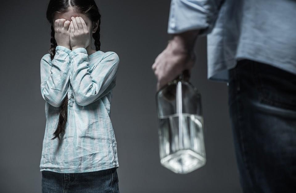 С 14 лет ребенок и сам сможет обратиться в полицию или органы соцзащиты. А если он совсем маленький, то жалобу примут от учителя, воспитателя, соседа или бабушки Фото: EAST NEWS