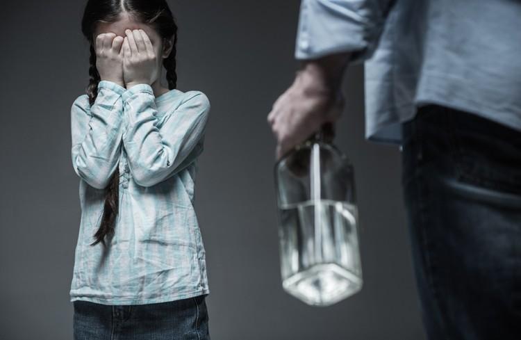 С 14 лет ребенок и сам сможет обратиться в полицию или органы соцзащиты. А если он совсем маленький, то жалобу примут от учителя, воспитателя, соседа или бабушки