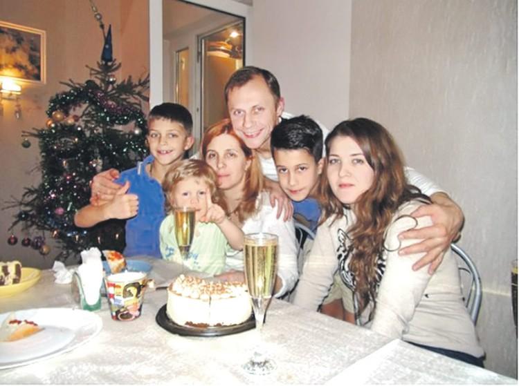 Ольга Овчинникова (на фото третья слева) воспитывает 4 детей, завоевывает награды на международных конкурсах и играет в футбол. Фото: Семейный архив