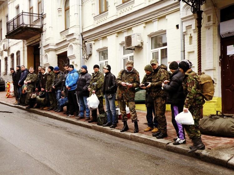 День отправки в лагерь Десна, возле пункта набора добровольцев в ПС.