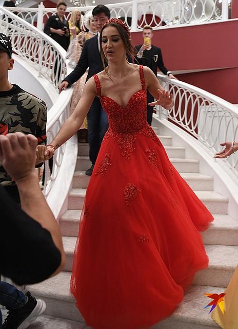 Бузова в роскошном красном платье в пол прибыла за несколько минут до выступления Фото: Михаил ФРОЛОВ