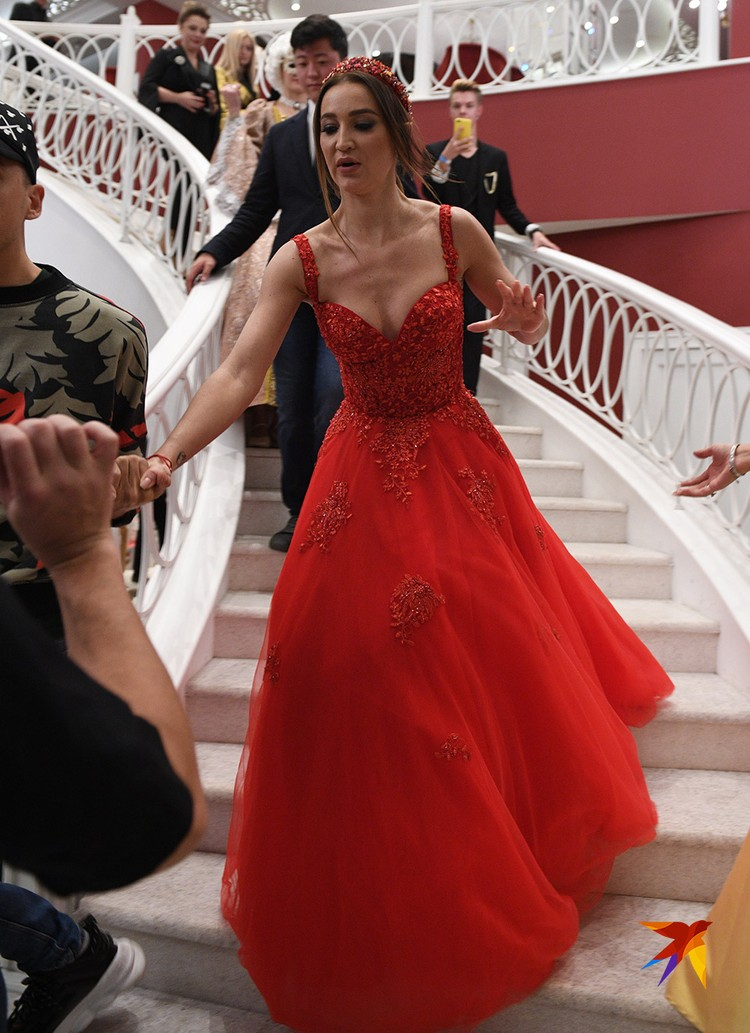 Бузова в роскошном красном платье в пол прибыла за несколько минут до выступления
