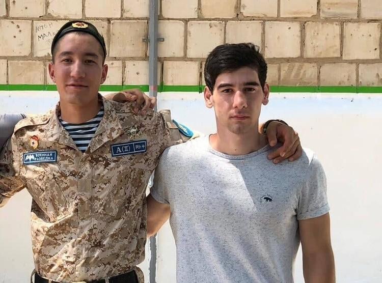 Роман Исаев (слева) и Петр Хачуров первыми оказались в воде. Фото: героя публикации