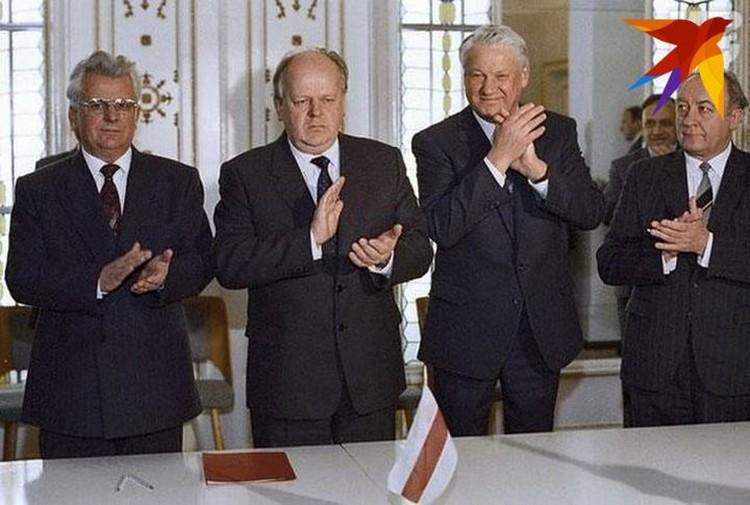В начале декабря 1991 года в Вискулях подписали Беловежское соглашение (С Борисом Ельциным и Вячеславом Кебичем (справа налево).Фото: личный архив.