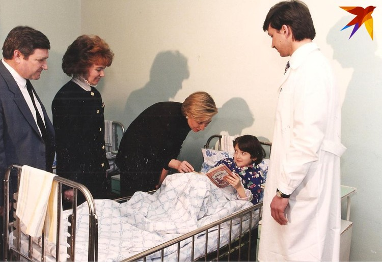 Хиллари Клинтон с Ириной Шушкевич в минской больнице.