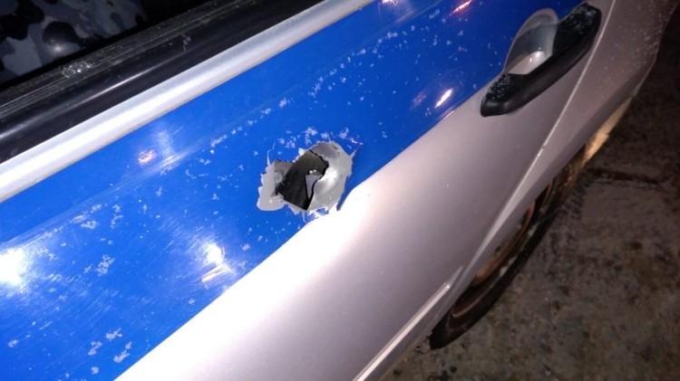"""По словам очевидцев, пермяк прострелил и машину полицейских. Фото из группы """"Гайва live"""""""