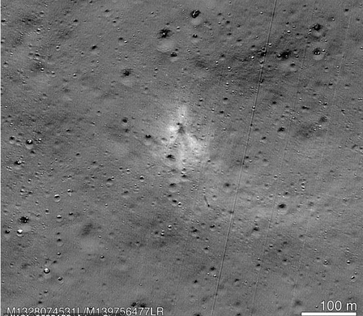 След от удара Vikram об Луну на снимке с американского орбитального апарата.