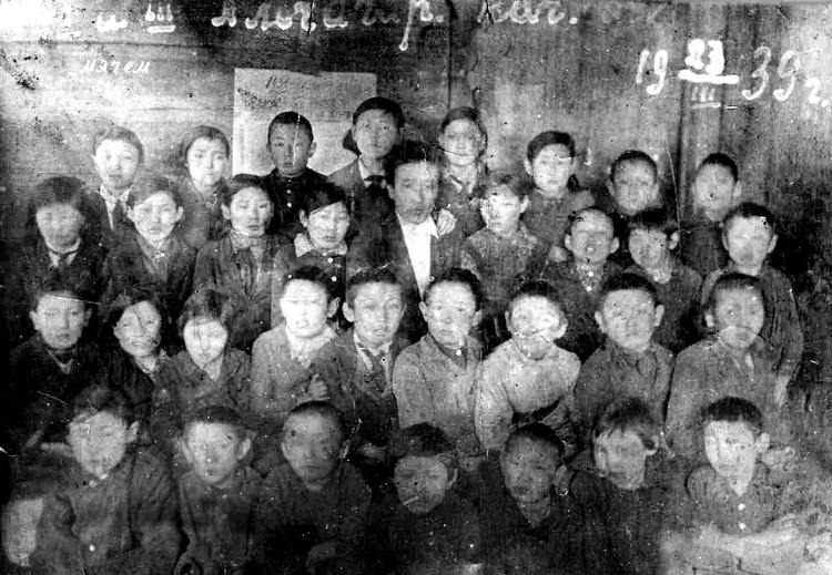 Ученики Аччагарской начальной школы Чурапчинского района, 1939 год. Большинство из них не вернулись из переселения.