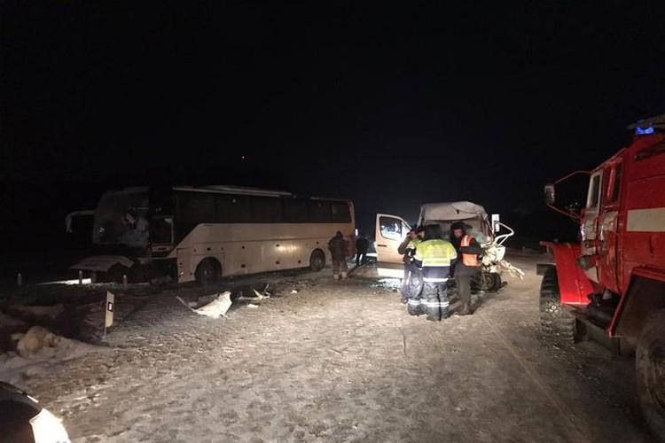 В микроавтобусе находились 2 человека, в результате ДТП водитель получил травму. Фото: ГИБДД Новосибирск