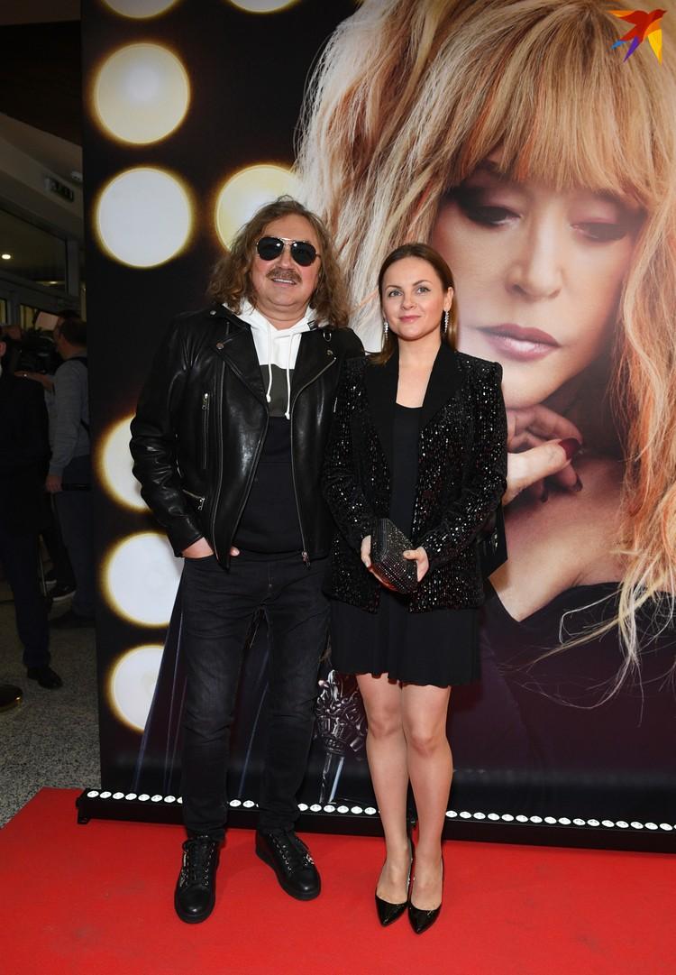 Игоря Николаева (на фото он с женой Юлей) Пугачева до сих пор в шутку называет «сынком». Когда -то музыкант был самым младшим в «Театре песни Аллы Пугачёвой»