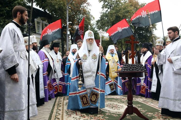Филарет под черно-красными флагами украинских национал-радикалов.