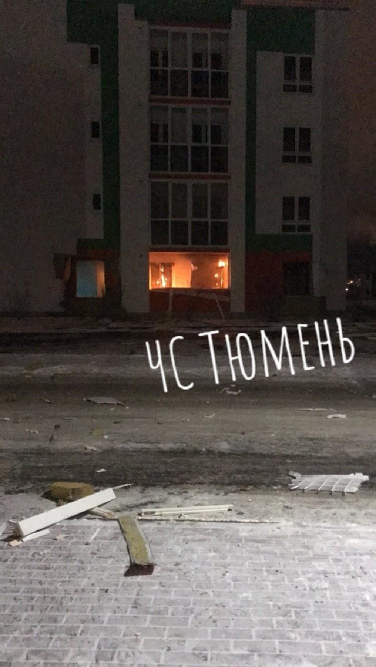 """Ударная волна расзбросала осколки стекла и бетона на несколько метров. Фото из группы """"ЧС Тюмень"""" во ВКонтакте"""