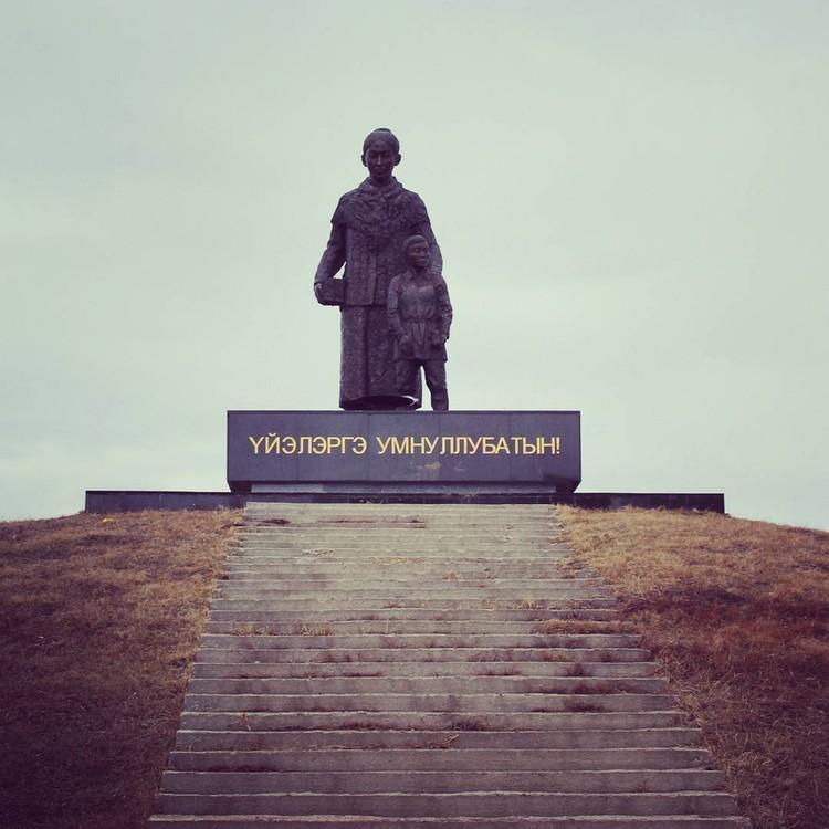 """Монумент """"Мать и дитя"""" установлен в Чурапче в память о жертвах переселения. Фото: News.Ykt.Ru."""