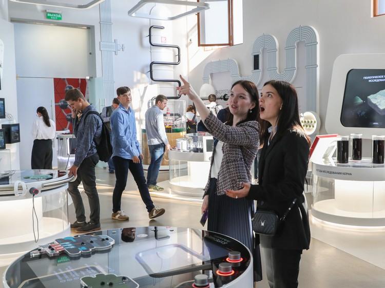 Экспозицию посещают люди разных возрастов, но преобладают старшеклассники и студенты. Автор фото: ВИТАЛИЙ САВЕЛЬЕВ