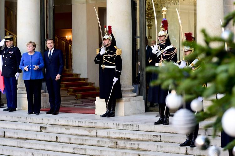 Первой во двор Елисейского дворца въехала Ангела Меркель