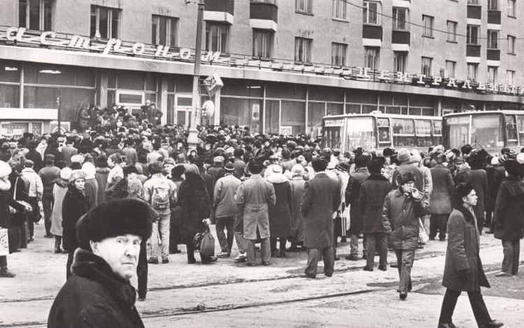 В конце 1989 года уставшие от дефицита свердловчане в знак протеста стали перекрывать движение на центральной улице города. Фото: Архив Президентского центра Б.Н.Ельцина