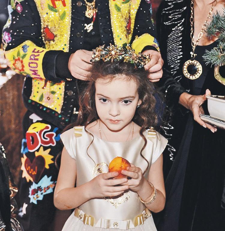 Киркоров надел на дочку диадему, подаренную Эвелиной Бледанс. Фото: Личный архив