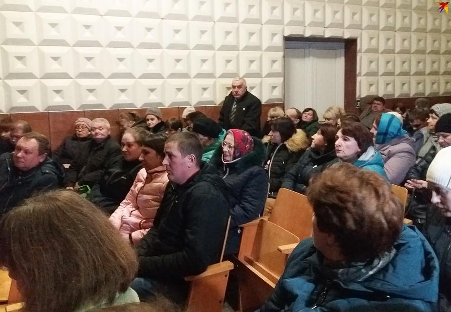 Директор школы Николай Кендысь старается сохранять нейтралитет, но тоже очень переживает за школу. Фото: Оксана БРОВАЧ