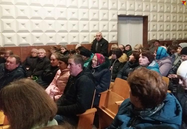 Директор школы Николай Кендысь старается сохранять нейтралитет, но тоже очень переживает за школу.
