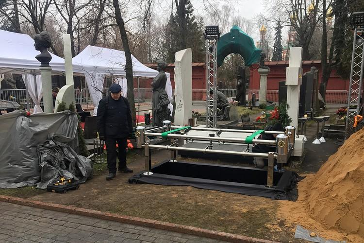 Работники ГБУ «Ритуал» завершали подготовку могилы, вырытой накануне