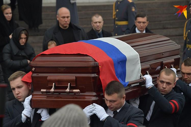 Юрия Лужкова похоронили под гимн России и залпы почетного караула