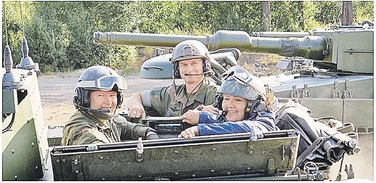 Нынешний генсек НАТО Йенс Столтенберг до 2013 года был премьером Норвегии. Его преемница Эрна Сульберг (на фото - справа) тоже не отстает. Ее любимое селфи - на броне. Фото: instagram.com/erna_solberg