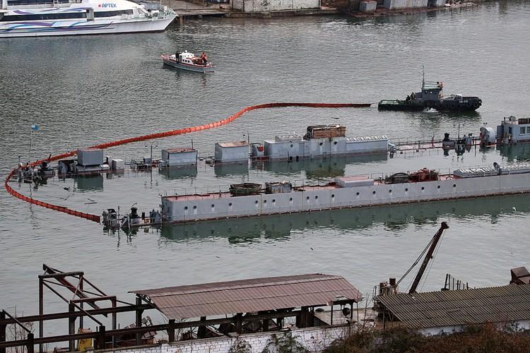 Ночью 15 декабря затонул плавдок ПД-16, в котором находилась списанная и выведенная из состава Черноморского флота подводная лодка. Фото: Сергей Мальгавко/ТАСС