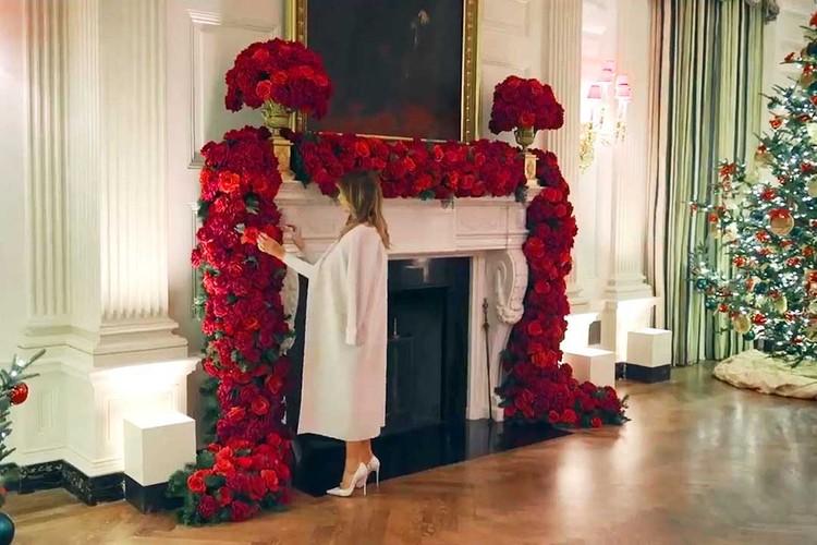 Один из приемов новогоднего декора можно подсмотреть в Белом доме: в этом году Мелания Трамп украсила его цветами. Фото: twitter.com/flotus