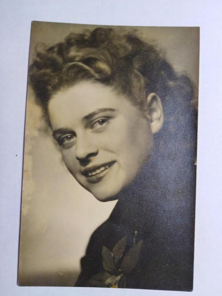 Улыбающаяся девушка с пышными волосами смотрит с черно-белых карточек. Фото: предоставлено Надеждой Скогоревой.