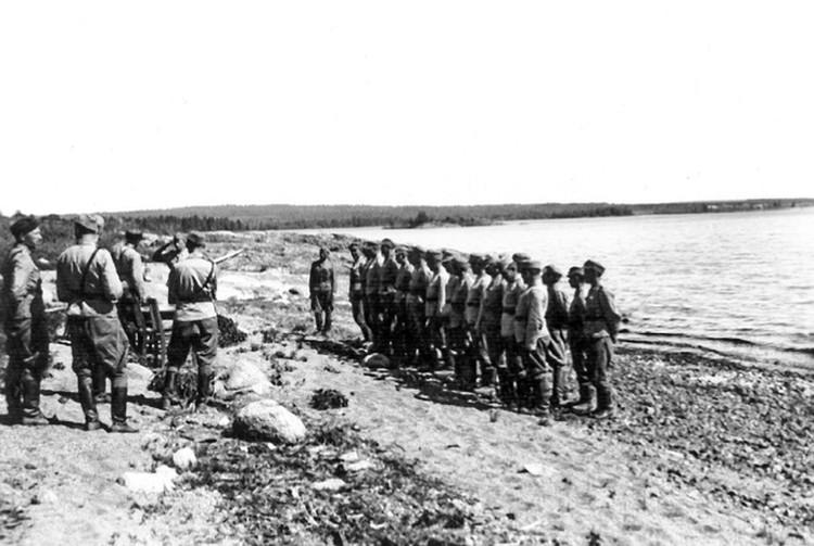 Церемония награждения курсантов Петрозаводской школы финской разведки, 1943 г., берег оз. Шотозеро.