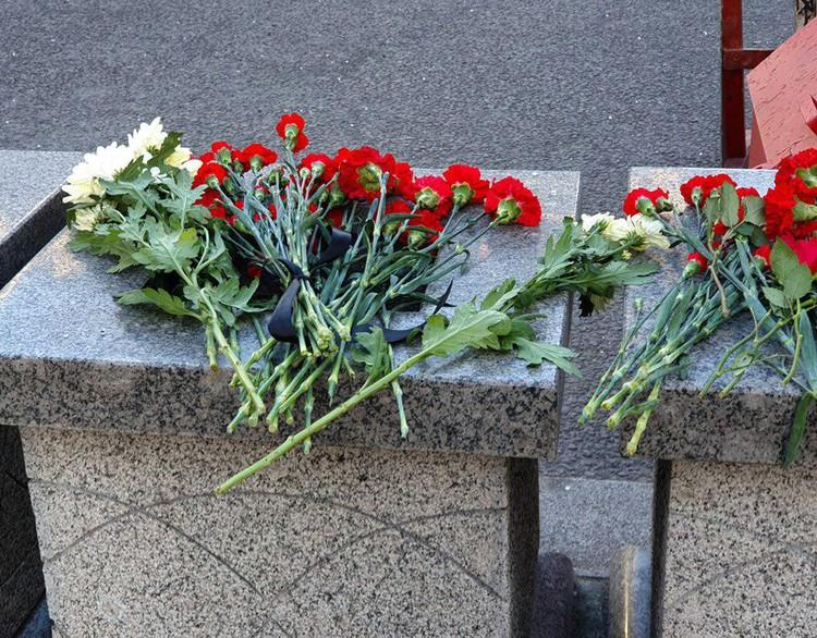 Цветы в память о погибшем в ходе перестрелки накануне сотруднике ФСБ появились около приемной спецслужбы на Лубянке