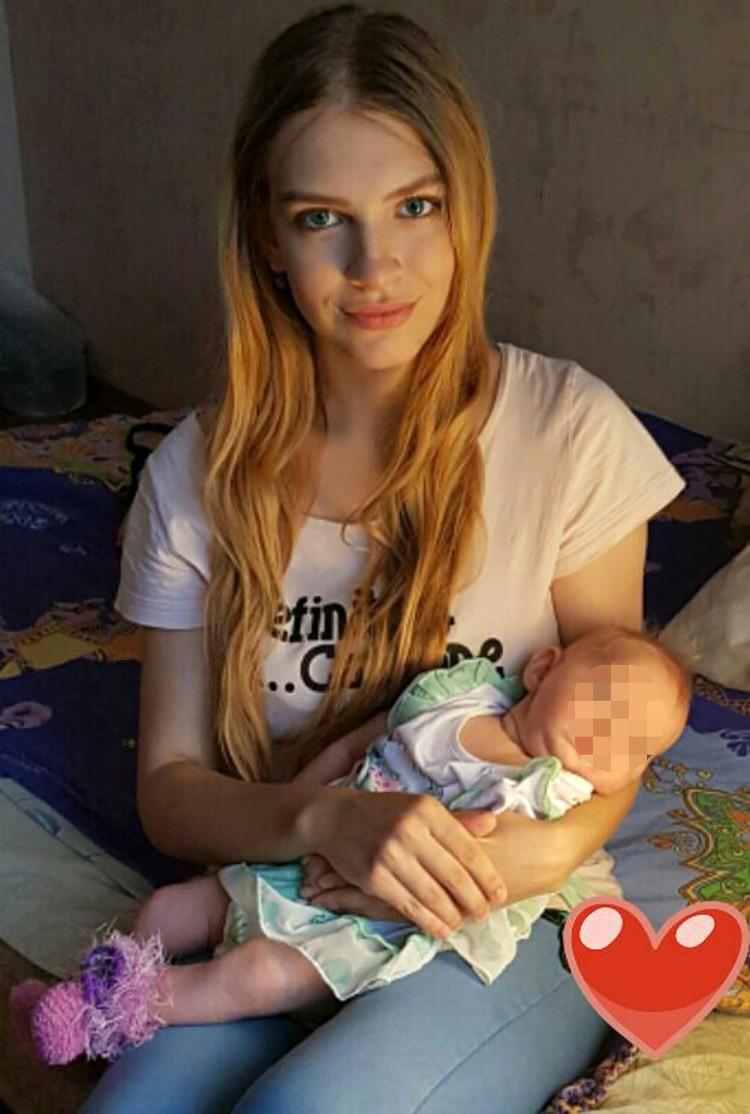 Ладе всего 19 лет, и меньше месяца назад она родила вторую дочку, но вышла на работу.