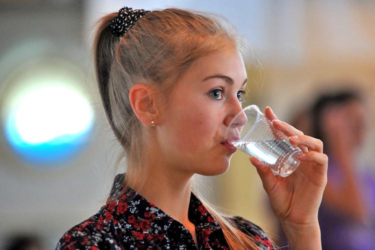 Пейте больше воды, а не сладкие напитки.