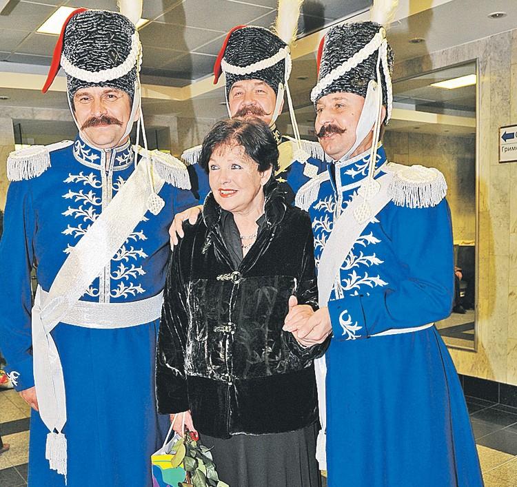 Но и в возрасте Наталья Фатеева остается в центре внимания мужчин.