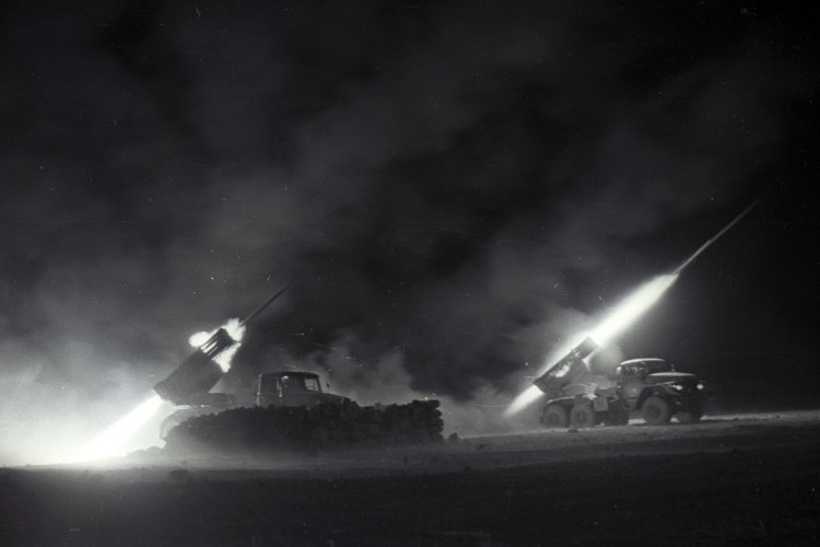 Ночной залп реактивной артиллерии по позициям моджахедов под Баграмом. Фото: Виктор Хабаров/ZERKALO