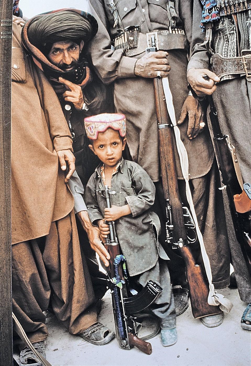 Душманы на той войне любили позировать репортерам. И выставлять вперед детей - для сочувствия. Впрочем, и сегодня они выглядят почти так же... Фото: GLOBAL LOOK PRESS