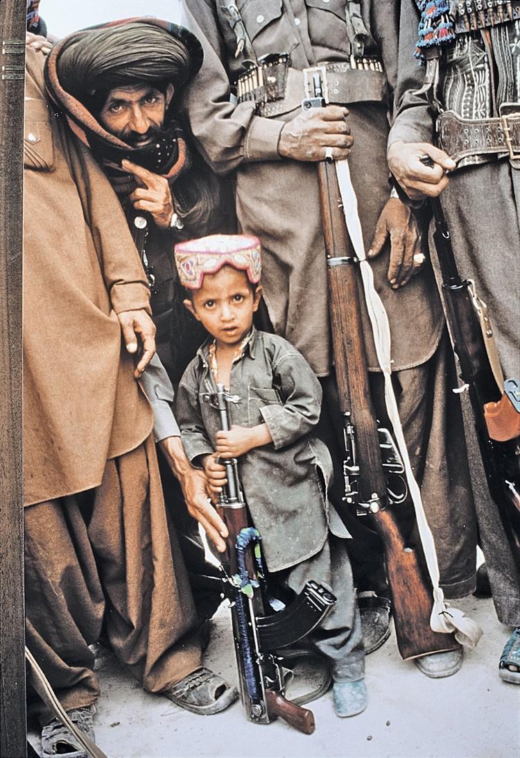 Душманы на той войне любили позировать репортерам. И выставлять вперед детей - для сочувствия. Впрочем, и сегодня они выглядят почти так же...