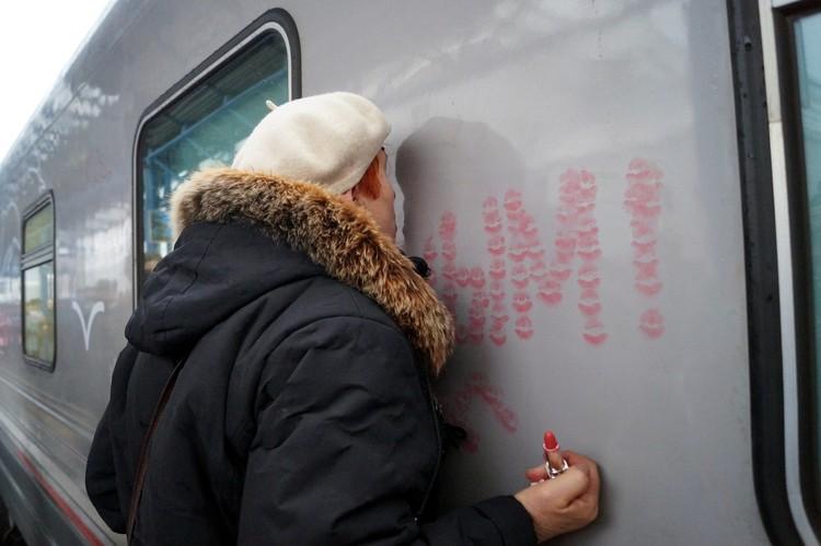 Жительница Севастополя Александра Михайловна от счастья целует первый поезд из Питера.