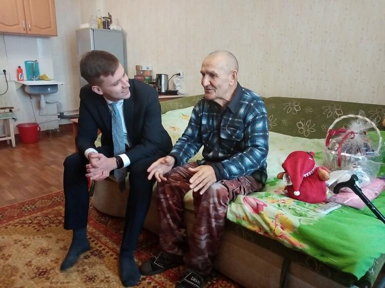 В гостях у Закия Мингалеевича журналист и депутат Заксобрания края Илья Зайцев, он вплотную занялся решением многих проблемных для семьи вопросов