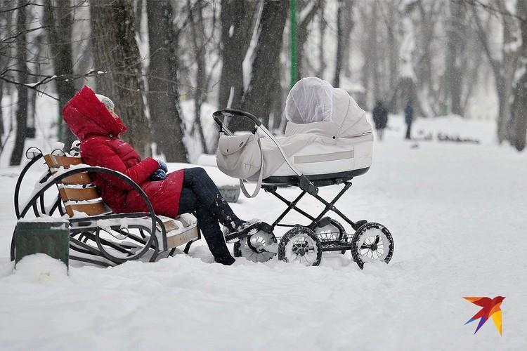 Зимняя прогулка мамы с ребенком в парке Екатеринбурга.