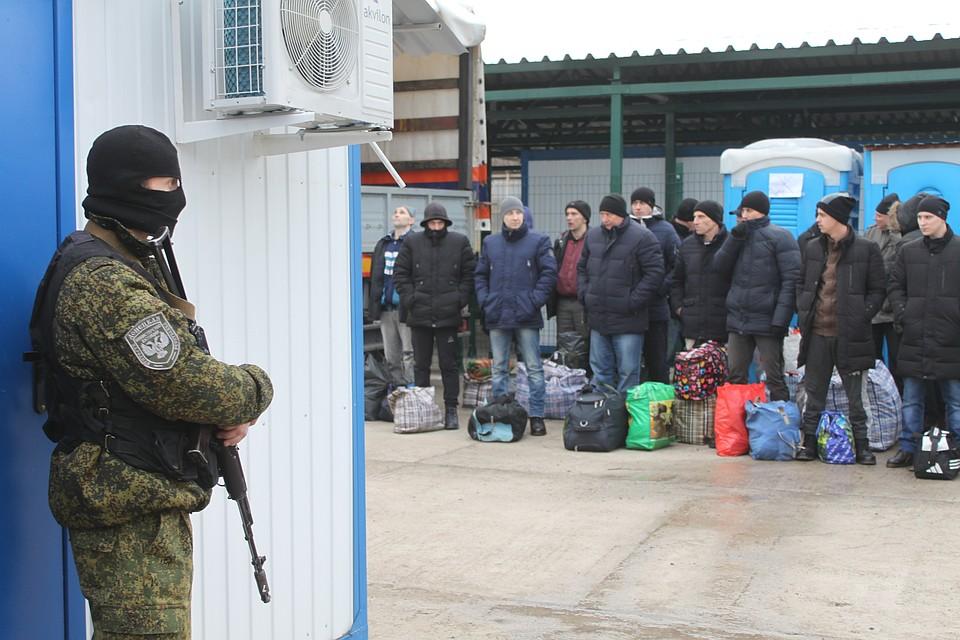Украинские пленные в ожидании обмена. Многие не скрывают, что после возвращения в Украину - продолжат служить. А кто-то грозится вовсе вернуться в Донецк губернатором Фото: Никита МАКАРЕНКОВ, Павел ХАНАРИН