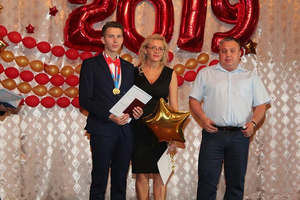 Илья Колмаков со своими родителями. ФОТО: из личного архива героя публикации