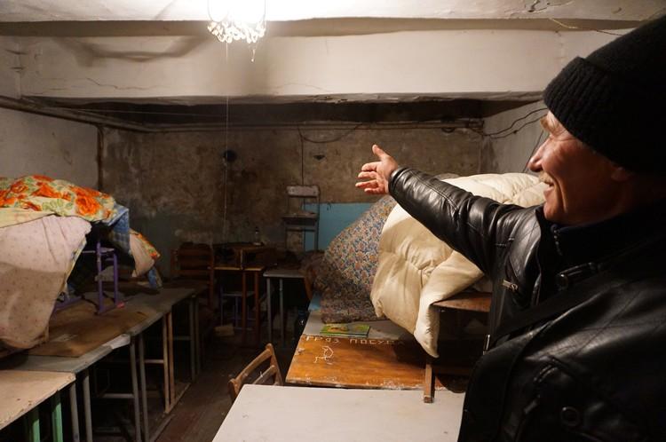 Владимир показывает, где жили 9 месяцев более сотни дончан.
