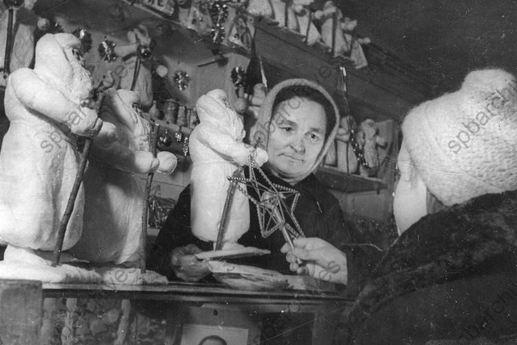 Продавщица отдела игрушек одного из магазинов Ленпромторга. 1942 г., Ленинград. Автор: Федосеев В. Г. ФОТО: ЦГАКФФД СПб